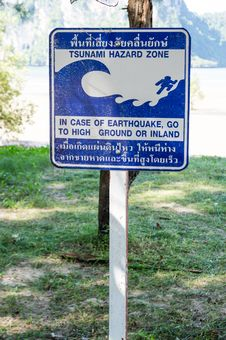 Free Tsunami Warning Sign On The Beach Stock Photo - 27172210