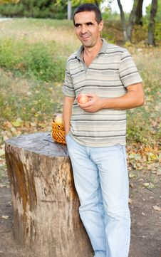 Free Smiling Man With An Apple Royalty Free Stock Photo - 27180545