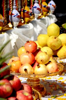 Free Pomegranates And Pears. Royalty Free Stock Images - 27202389