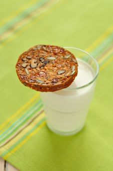 Free A Glass Of Milk And A Crisp Stock Photography - 27263202