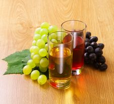 Free Red And White Wine By The Glass Stock Photos - 27286493