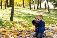 Free Small Boy Using A Vintage Slr Camera Royalty Free Stock Images - 27357419