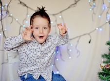 Free The Child And A Garland Royalty Free Stock Photo - 27366355
