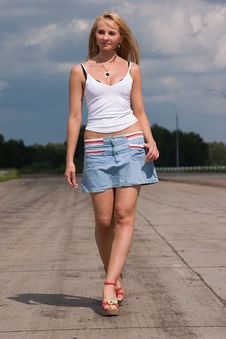 Free Young Woman Goes On A Highway. Stock Image - 2740551