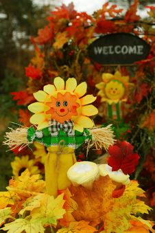 Happy Scarecrow With Thanksgiving Cupcakes Royalty Free Stock Image