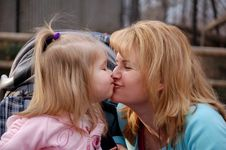 Free Mommy S Kisses Royalty Free Stock Photography - 2757507