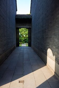 Free Ancient Alley Sunlight Royalty Free Stock Photography - 27504637