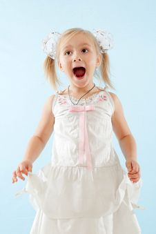 Free Little Girl Sings Royalty Free Stock Photos - 27511308