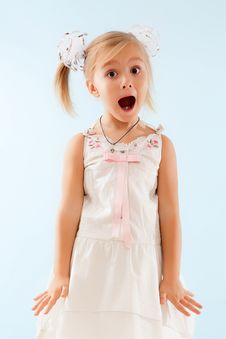 Free Little Girl Sings Stock Images - 27511314