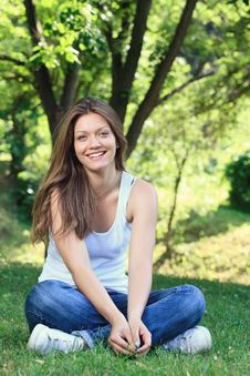 Free Smiling Girl In Park Royalty Free Stock Photography - 27521537