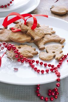 Free Christmas Gingerbreads With Red Ribbon Royalty Free Stock Photography - 27548817