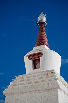 Free Buddhist Stupa Over Blue Sky At Thiksey Gompa Royalty Free Stock Images - 27819419