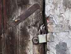 Free Lock On Old Wooden Door Royalty Free Stock Photos - 27861718