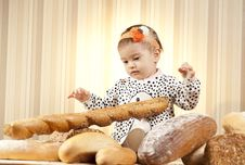 Free Child Choosing Baguette Royalty Free Stock Images - 27933339
