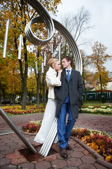 Free Bride And Groom About Iron Figure On Autumn Royalty Free Stock Images - 27938049