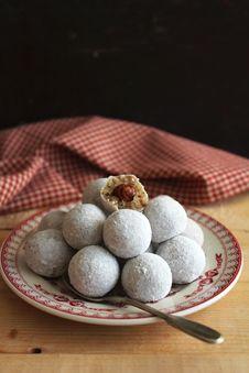 Free Creamy Sweets With Hazelnut Royalty Free Stock Photos - 27942208