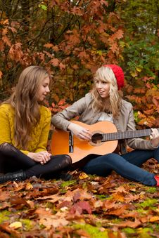 Free Girlfriends Having A Nice Time With A Guitar Royalty Free Stock Images - 27976229