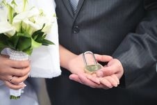 Free The Lock In Hands Of Newlyweds Royalty Free Stock Photos - 27979138