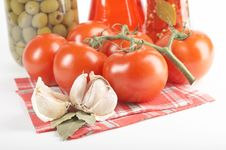 Free Tomatoes, Garlic, Bay Leaf Royalty Free Stock Image - 2808066