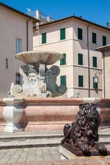 Free Historic Fountain Royalty Free Stock Photos - 28037228