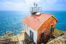 Free Old House On The Edge And The Blue Ocean Royalty Free Stock Photos - 28076658