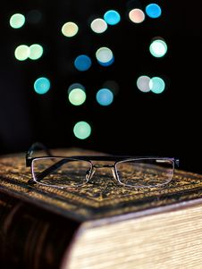Free Old Book And Glasses Royalty Free Stock Images - 28127569