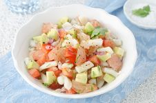 Free Bowl Of Salad With Squid, Avocado And Grapefruit Royalty Free Stock Photography - 28134287