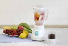 Free Fruits Blender Machine Stock Photo - 28150320
