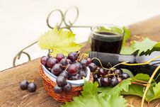Free Fresh Grapes And Bottles Of Wine Royalty Free Stock Photos - 28159818