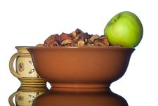 Free Ceramic Bowl With Dried Apples And Green Apple Royalty Free Stock Image - 28191116