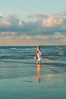 Free Pretty Girl And The Sea Stock Photography - 2833542