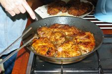 Free Wiener Schnitzel In An Iron Pan Royalty Free Stock Photos - 28327238