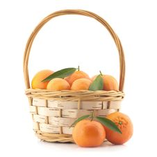 Free Tangerines With Leaves In A Basket Royalty Free Stock Photos - 28353668
