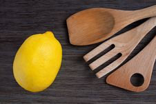 Free Green Apple And Kitchen Wooden Shovels Royalty Free Stock Images - 28358789