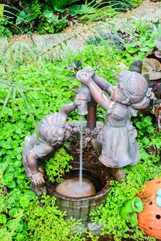 Free Boy And Girl With Well Sculpture In Botanic Garden Royalty Free Stock Photo - 28395325