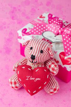 Free Teddy Bear With A Heart In The Hands Near A Gift Box And Bokeh Royalty Free Stock Photos - 28420208