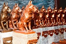 Free Several Dogs Gilded By Hand On Pedestal Royalty Free Stock Photos - 28448328