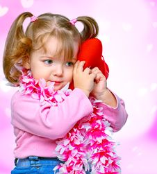 Free Portrait Of A Beautiful Girl Holding A Heart Royalty Free Stock Images - 28475969