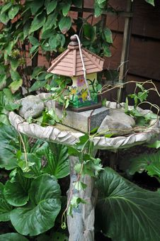 Birdhouse And Birdbath Royalty Free Stock Image