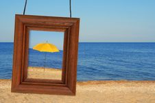 Free Beach Umbrella And Photographic Frame Stock Photography - 28581352