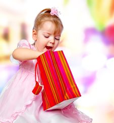 Free Girl In The Mall Holding A Gift Royalty Free Stock Photography - 28589897