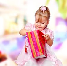 Free Girl In The Mall Holding A Gift Royalty Free Stock Photography - 28589917