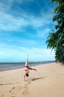 Free Cartwheels On The Beach Royalty Free Stock Photos - 28605818
