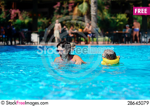 Free Family Rest In Pool Royalty Free Stock Images - 28645079