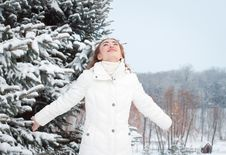 Free Smiling Woman With Arms Raised To The Sky On A Winter Day Royalty Free Stock Images - 28659489