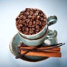 Free Coffee Beans, Vanilla And Cinnamon In A Blue Cups Royalty Free Stock Images - 28680789
