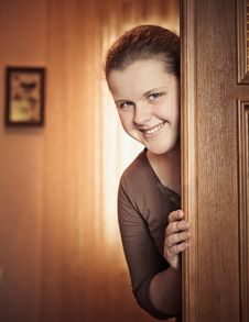 Free Girl Opening Door Stock Images - 28737464