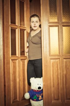 Free Girl Opening Door Stock Photography - 28737482
