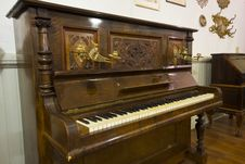Free Antique Piano With Detailed Carving Stock Image - 28738201