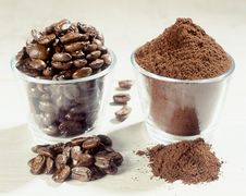 Free Two Recipients With Chofee Beans And Powder Royalty Free Stock Photo - 28759935